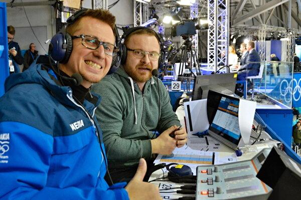 Pavol Gašpar (vpravo) na zimnej olympiáde 2018 pri komentovaní shokejovým expertom Rastislavom Staňom.