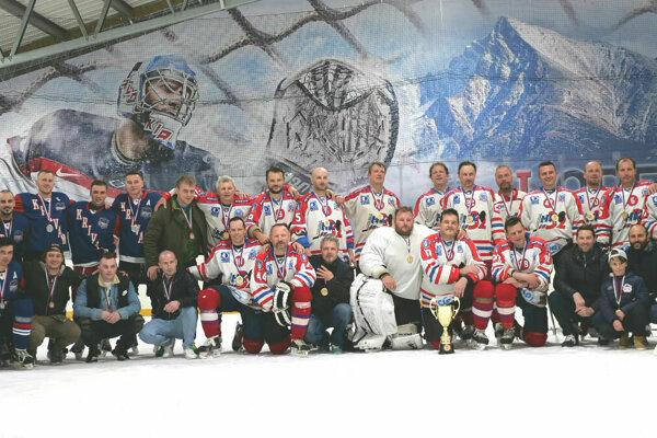 Divízia A - HC Kriváň (v modrom) skončili na druhom mieste a víťazi Béčko (v bielom).