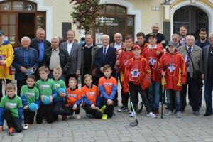 Pozvaní hostia a mladé topoľčianske športové nádeje.