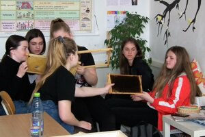 Žiakov rozprávanie o včelách a pomôcky potrebné pre starostlivosť o ne zaujímali.