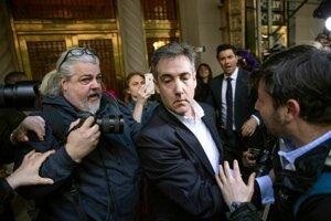 Michael Cohen opúšťa budovu, v ktorej sa nachádza jeho byt, aby nastúpil na výkon trestu.