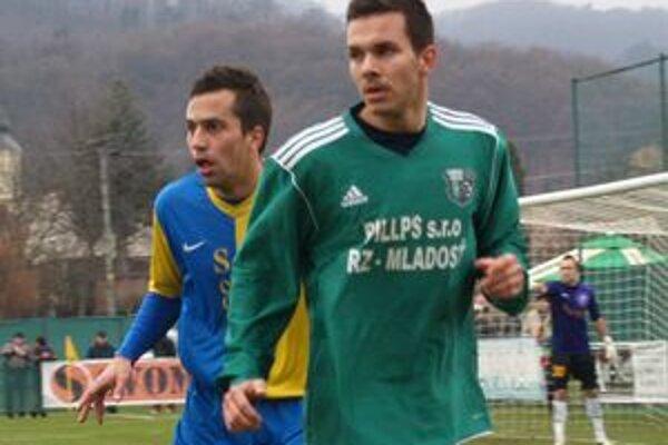 Filip Gligorov (v zelenom), autor gólu Ružinej. V drese TJ Baník odohral druhý zápas.