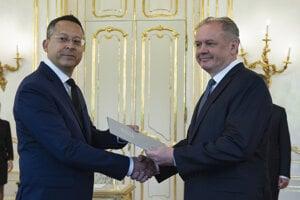 Nový minister financií Kamenický (Smer) a prezident Kiska počas menovania v Prezidentskom paláci.