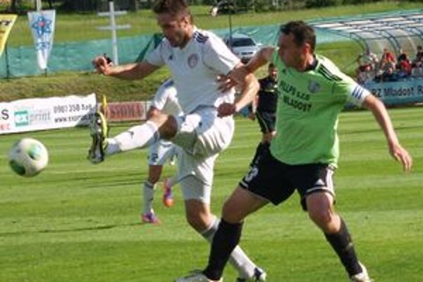 Úvodný gól stretnutia mal už v 1. min na kopačkách domáci kapitán Tomáš Boháčik (v zelenom drese).