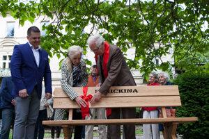 Juraj Sarvaš a Mária Kráľovičová pri odhaľovaní lavičky Boženy Němcovej v roku 2017.