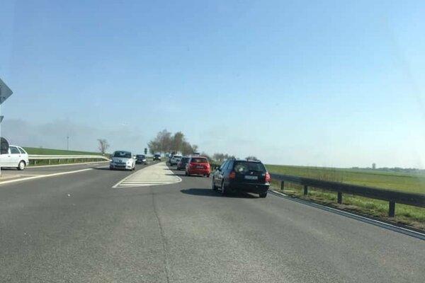 Kolóna áut pri vjazde do Trstenej.