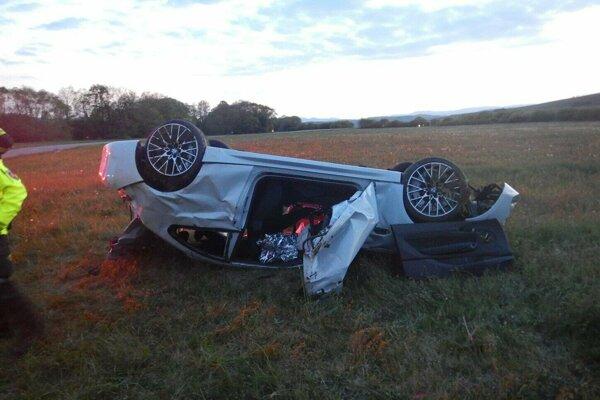 Auto skončilo prevrátené na streche.