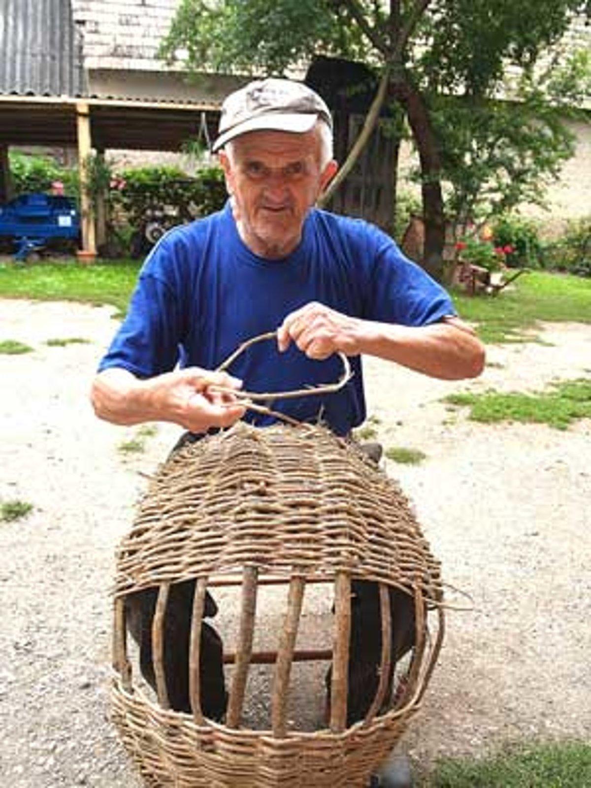 0f86ee352 Pletenie košíkov si vyžaduje trpezlivosť. Ján upletie jeden košík za dva  dni.
