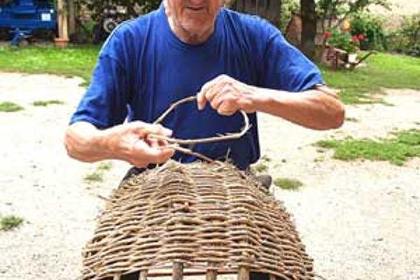 Pletenie košíkov si vyžaduje trpezlivosť. Ján upletie jeden košík za dva dni.