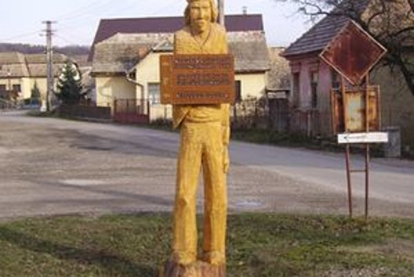 Obec Drienčany zdobia menšie či väčšie drevené sochy rozprávkových bytostí.