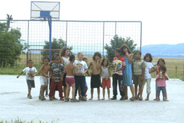 V osade žije približne deväťdesiat detí.
