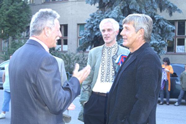 Ján Króner (vpravo) a Peter Mináč  (vľavo) si zahrali vo filme o významnom rodákovi z Tisovca.