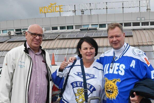 Fínski fanúšikovia po prílete.