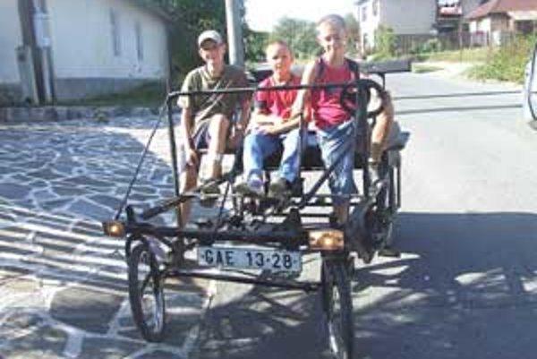 Traja kamaráti majú z jazdy na bicykli špás.
