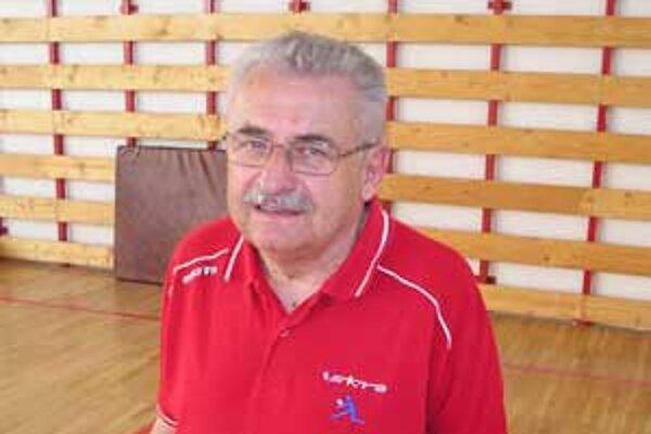 Koučom tímu z Hnúšte je skúsený Štefan Bukviar.