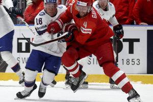 Tobias Lindstroem (vľavo) v súboji s Vladislavom Gavrikovom v zápase Ruska proti Nórsku na MS v hokeji 2019.