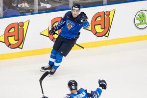 Kaapo Kakko oslavuje rozhodujúci gól v zápase Fínska proti Kanade na MS v hokeji 2019.
