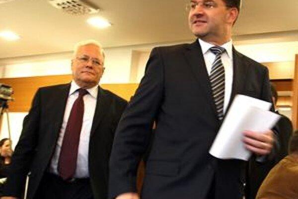 Ministri zahraničných vecí Miroslav Lajčák (vpravo) a Péter Balázs potvrdili, že atmosféra vzťahov medzi Slovenskom a Maďarskom sa upokojila.