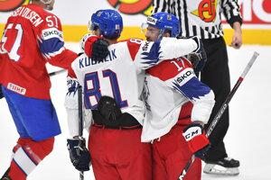Na snímke Filip Hronek a Dominik Kubalík (obaja Česko) sa tešia po strelení gólu v zápase základnej B-skupiny medzi Nórskom a Českom na MS v hokeji 2019.