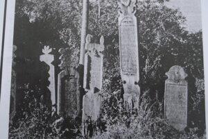 Pôvodné drevené náhrobníky.