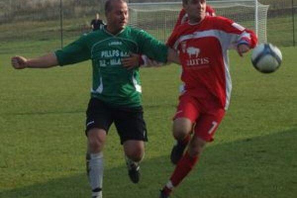 Hráč Ružinej Gabriel Jančík (vľavo) v súboji o loptu s Petrom Šándorom.