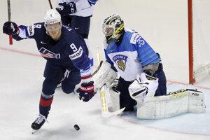 Jack Eichel (vľavo) oslavuje prvý gól v zápase USA - Fínsko na MS v hokeji 2019.