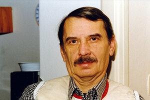 Dlhoročný člen Rozhlasového hereckého súboru v Bratislave, spevák ľudových piesní a moderátor Ján Valentík.