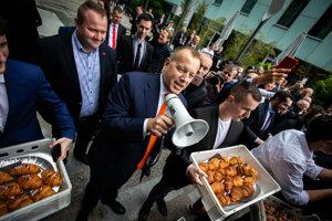 Boris Kollár pred protestujúcimi.