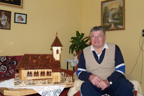 AlexanderBaláž z Kalinova zhotovuje miniatúry budov zo špajdlí.