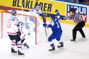 Matúš Sukeľ (vpravo) oslavuje gól v zápase Slovensko - Kanada na MS v hokeji 2019.