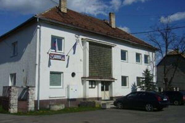 Budova obecného úradu v Starej Haliči pred rekonštrukciou.