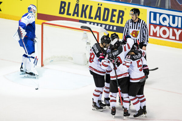 Hokejisti Kanady oslavujú gól v zápase Slovensko - Kanada na MS v hokeji 2019.