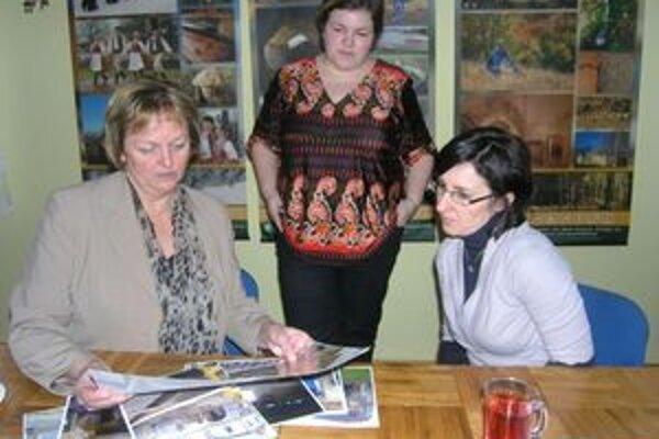Veľvyslankyňa Nórska (vľavo) ocenila doposiaľ zrealizované aktivity a aj to, že za nami stoja ženy.