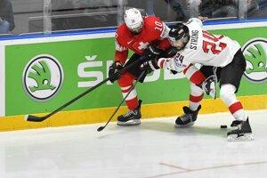 Andres Ambühl (Švajčiarsko) a Steven Strong (Rakúsko) v zápase základnej B-skupiny Švajčiarsko - Rakúsko.