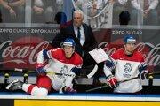 David Sklenička (vľavo), Dominik Simon a v pozadí tréner Miloš Říha počas zápasu Rusko - Česko na MS v hokeji 2019.