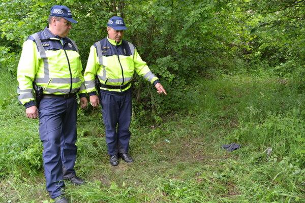 Mestskí policajti Ján Antoni (vľavo) a Ladislav Fedič ukazujú miesto, kde ležal mŕtvy muž.
