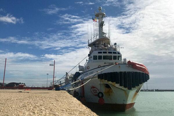 Loď zachránila migrantov v medzinárodných vodách pri Líbyi.