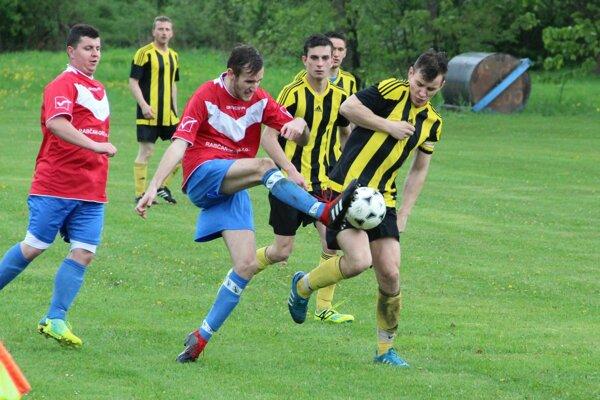 Zápas Sedliackej Dubovej (v červenom) a Beňadova skončil remízou 1:1.