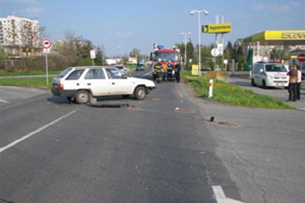 Pri zrážke auta s motorkou za zranila mladá žena.