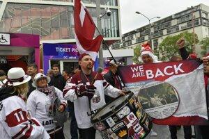 Fanúšikovia Lotyšska pred zápasom základnej B-skupiny Česko - Lotyšsko na MS v hokeji 2019.