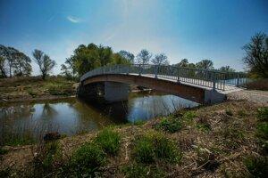 Aby sa dala využiť pôda na vytvorenom ostrove, vznikol drevený most s betónovými piliermi.