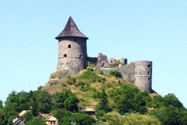 Starosta Juraj Badinka spolu so zamestnancami už osadili v okolí hradu nové lavičky na posedenie, odpadkové koše a vybudovali schody.