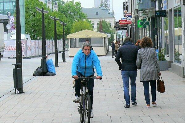 Cyklisti majú povolený vjazd do pešej zóny už vyše päť rokov.