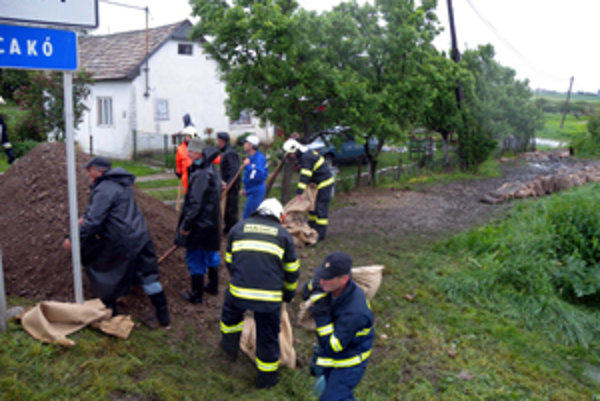 Evakuácia obyvateľov obce Cakov zatiaľ nie je potrebná.