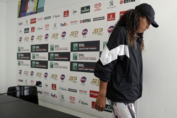 Naomi Osaková odchádza z tlačovej konferencie na turnaji WTA v Ríme.