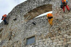 Vidieť horolezcov na Spišskom hrade nie je bežné.