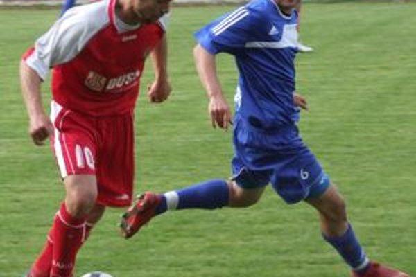 Andrej Kamendy (v modrom) prenasleduje Štefana Laláka.