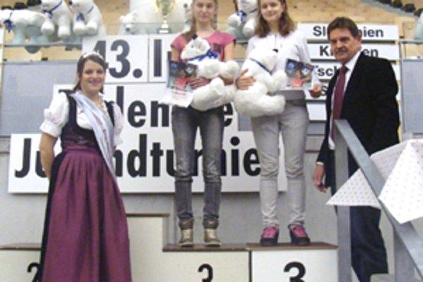 Nika Bálintová spolu s Martinou Repiskou zo Zvolena na stupni víťazov.