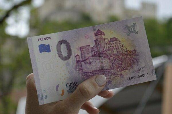 Eurobankovka s nulovou nominálnou hodnotou s motívom Trenčianskeho hradu.