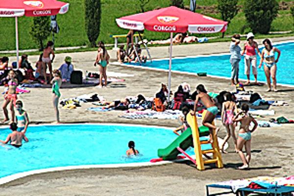 Letnú sezónu na kúpalisku v Poltári otvorili tento týždeň.